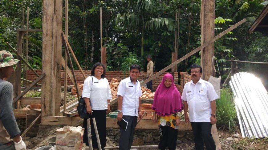 Kepala Dinas Sosial (Dinsos) Kabupaten Pasaman, Efka Emi, saat meninjau langsung rumah tidak layak huni di Nagari/Desa Simpang, Kecamatan Simpati, Kamis (15/11). (Foto: Darlin)
