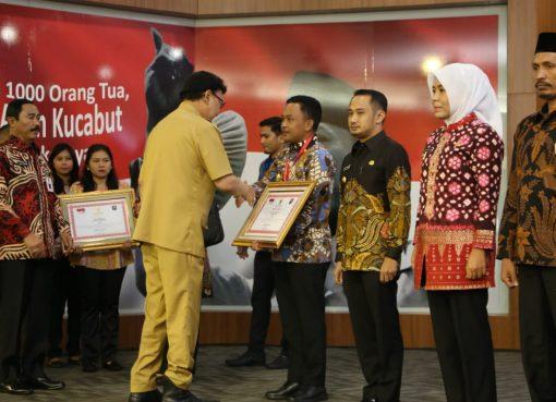 Mendagri menyematkan tanda peserta secara simbolis kepada Bupati Bantaeng, Walikota Palangkaraya, Wakil Bupati Aceh Selatan, Wakil Walikota Palembang, dan DPRD Kota Batu.(Foto: Puspen Kemendagri)