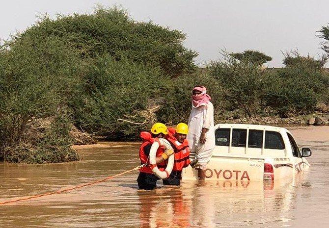 Petugas layanan darurat ketika melakukan menyelamatkan di daerah banjir. (Foto: Arab News)