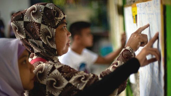 Masyarakat Mindanao saat mengikuti kegiatan referendum. Pemungutan suara diyakini dapat mengakhiri kekerasan di Mindanao. (Foto: AFP/BBC News)