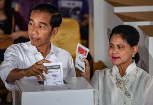Presiden Joko Widodo dan istri Iriana ketika memberikan suara pada Pemilu, April lalu.(Foto: Getty Images/BBC News)