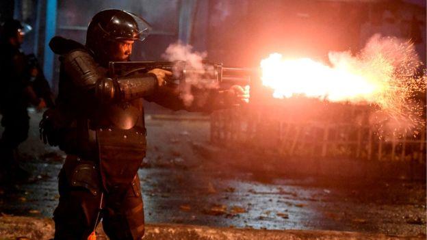 Polisi menembakkan gas air mata untuk mengamankan pengunjuk rasa, di Jakarta, Selasa (21/5). (Foto: Reuters/BBC News)
