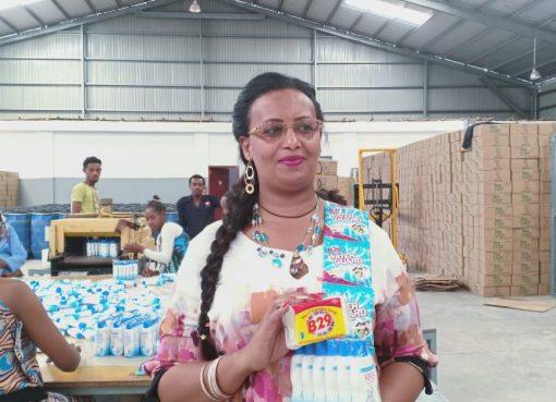 Office manager, Sarah, dengsn 3 produk B29.