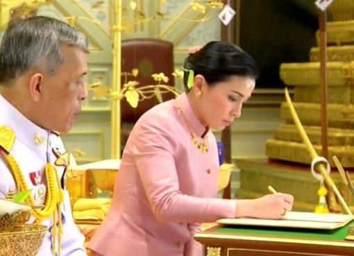 Raja Maha Vajiralongkorn dan pendampingnya, Jenderal Suthida Vajiralongkorn yang diberi gelar Ratu Suthida saat menandatangani dokumen dalam selama upacara pernikahan mereka di Bangkok. (Foto: Pool TV Thailand/Reuters/Al Jazeera)