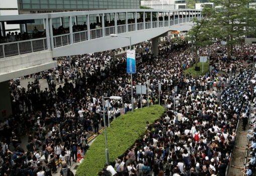Pengunjuk rasa di luar gedung Dewan Legislatif, Rabu (12/6) pagi. (Foto: Reuters/BBC News)