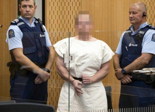 Terdakwa Brenton Tarrant, pria yang didakwa dalam serangan Christchurch, dikawal dua petugas ketika berada di Pengadilan Distrik Christchurch.(File foto diabadikan 16 Maret 2019/pool/AFP/France24)
