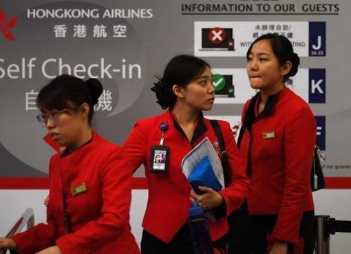 Staf maskapai menuju konter check-in setelah bandara Internasional Hong Kong dinyatakan kembali beroperasi Selasa (13/8). (Foto: AP/france24)