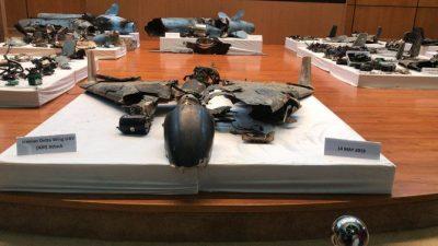 Senjata yang digunakan untuk menyerang Arab Saudi diperlihatkan pada konferensi pers Kementerian PertahananSabtu.  Serangan  ke  Aramco hari Sabtu itu disebutkan adanya  keterlibatan Iran. (Foto: Arab News)
