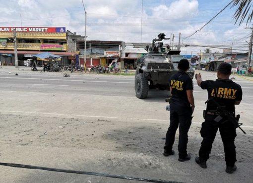 Perangkat ledakan yang diduga rakitan ditempatkan di samping sepeda motor yang diparkir di pasar umum di Isulan, di provinsi Sultan Kudarat. (Foto: CNN Philippines Twitter/Arab News)