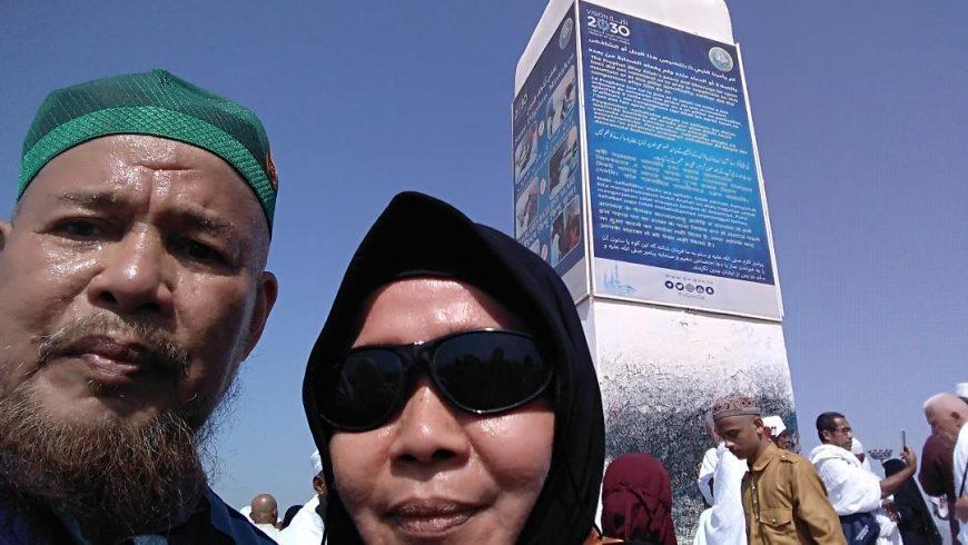 Di Jabal Rahmah, Arofah. Di latar belakang terlihat tugu tanda titik pertemuan pasangan manusia pertama Adam dan Hawa. (Foto: Istimewa.mimbar-rakyat.com)