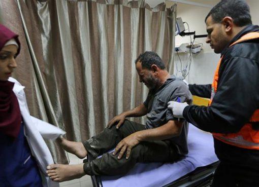 Saksi mata mengatakan ketiga orang korban itu sedang duduk di kebun yang bersebelahan dengan salah satu situs yang menjadi sasaran. Salah satu korban cidera sedang dirawat. (Foto: Reuters/Al Jazeera)