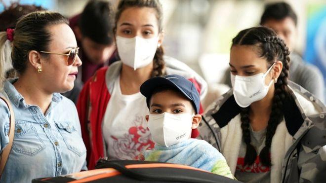 Keterangan gambar AS telah meningkatkan pembatasan pada pelancong dalam beberapa hari terakhir. (Foto: Reuters/BBC News)