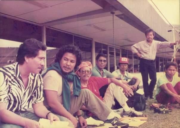 Bob Hasan (berdiri) bersama sejumlah wartawan Indonesia ketika menyaksikan kejuaraan atletik di Singapura.. (Foto: Istimewa)