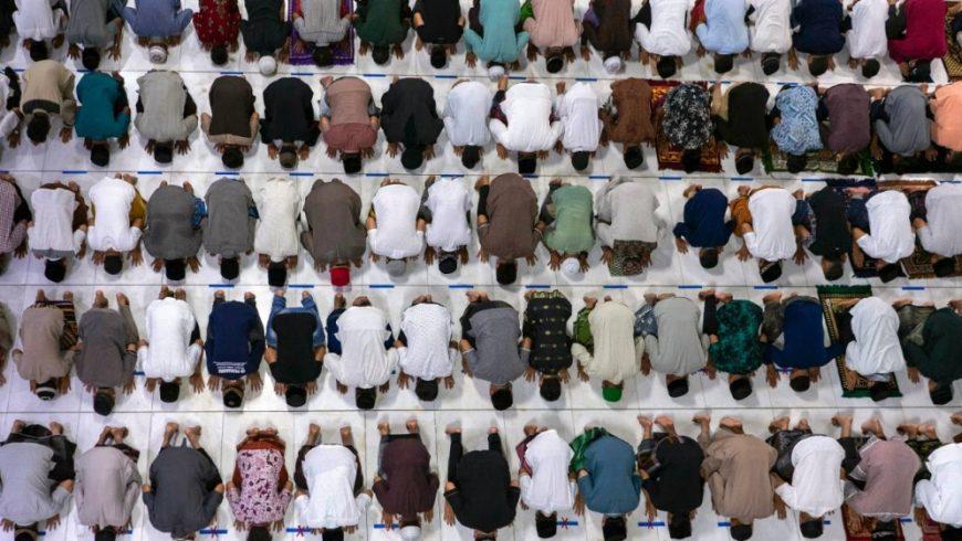 Jemaah melakukan shalat tarawih menandai malam pertama Ramadhan, Kamis malam, di Aceh, Indonesia, meskipun ada kekhawatiran terhadap wabah virus corona baru.(Footo: AP/Al Jazeera)