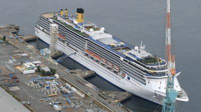 Pemandangan dari udara menunjukkan kapal pesiar Italia, Costa Atlantica merapat di Nagasaki, Jepang selatan 21 April 2020. (Foto: Kyodo /via Reuters, Al Jazeera)