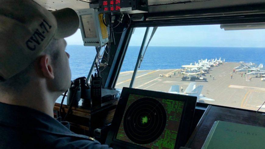 Kapten Brett Crozier mengawasi kapal USS Theodore Roosevelt, yang memiliki 5.000 personel. (Foto: File: AP/Al Jazeera)