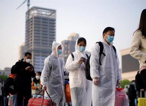 Para penupang bersama barang-barang bawaan mereka antre di luar Stasiun Kereta Api Hankou, setelah pembatasan perjalanan untuk meninggalkan Wuhan, ibukota provinsi Hubei yang merupakan pusat penyebaran penyakit coronavirus (COVID-19) di China, dicabut. (Reuters/Al Jazeera)