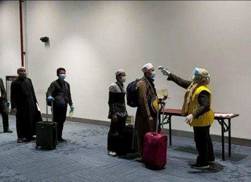 Sejumlah jemaah umrah Indonesia yang sempat tertunda kepulangannya dari Arab Saudi mendarat Jumat (10/4) dini hari di Bandara Soekarno-Hatta. (Foto: https://kemenag.go.id)