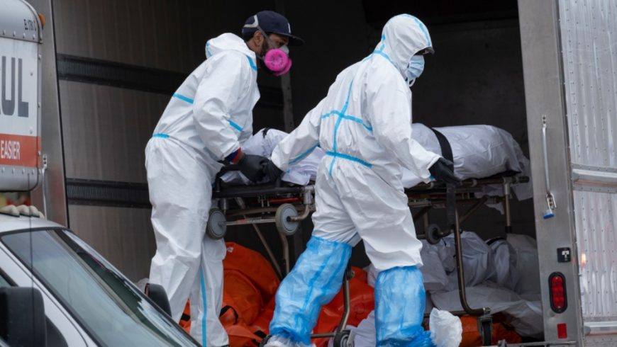 Pekerja memindahkan mayat ke truk (Foto File AP/Al Jazeera)