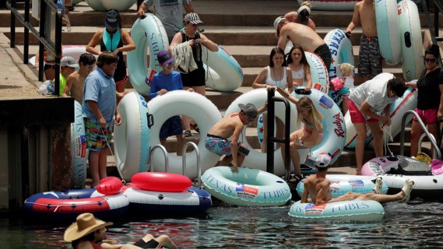 Sejumlah orang, termasuk anak-anak, bersiap mengarungi Sungai Comal di Texas meskipun terjadi lonjakan baru-baru ini dalam kasus COVID-19. (Foto AP/Al Jazeera)