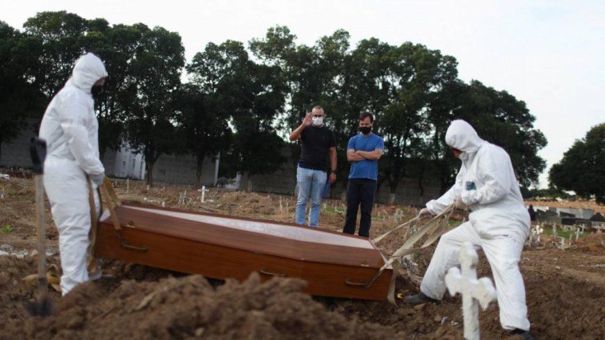 Dua bersaudara Carlos Alexandre dan Wagner Cardninot, menghadiri pemakaman ayah mereka, Jose Herminio de Farias, 76 tahun, Sabtu lalu, yang meninggal karena COVID-19 di Rio de Janeiro, Brazil. (Foto Reuter/Al Jazeera)
