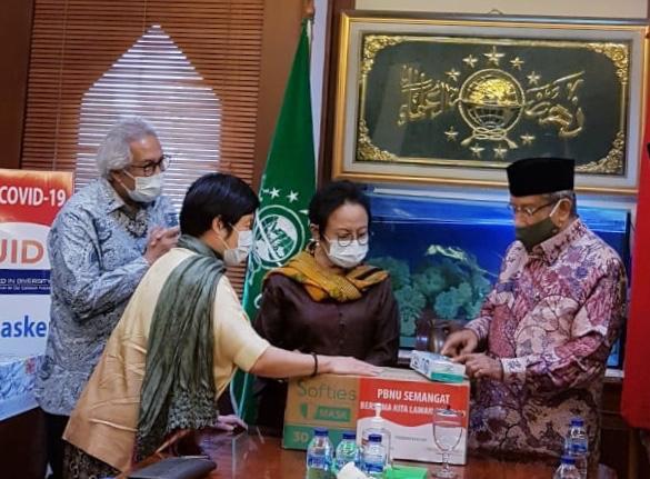 Dirut PT Gajah Tunggal Tbk Sugeng Rahardjo (paling kiri), Direktur GT Catherina Wijaya, Tuti Hadiputranto dan Ketum PBNU Said Aqil Siraj. (Foto: Istimewa)