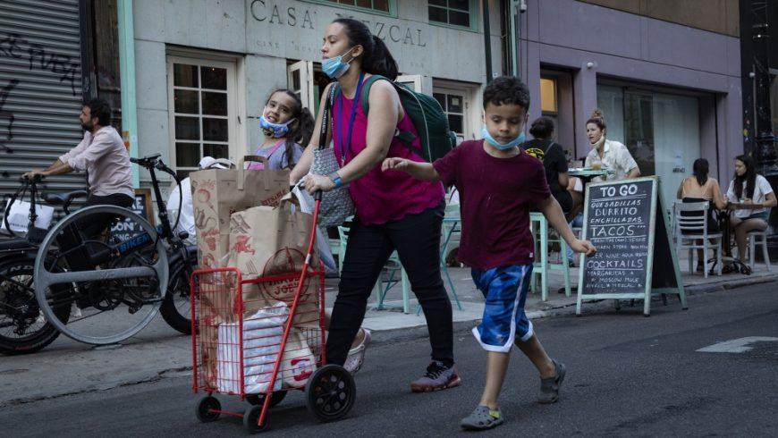 New York dinyatakan teribuka kembali setelah terkena gelombang virus corona pertama di AS. Namun tetap memberlakukan karantina pada pelancong dari sejumlah negara bagian di mana kasus beban dan rawat inap meningkat. (Foto AP/Al Jazeera)