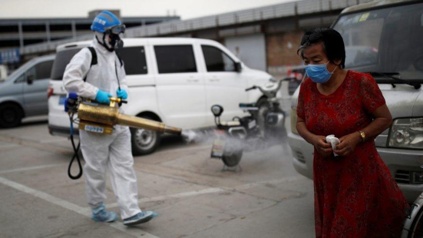 Seorang sukarelawan dari tim Blue Sky Rescue, dengan pakaian pelindung, membasmi hama pasar komprehensif Nangong menyusul wabah virus corona baru di Beijing, China, pada 18 Juni 2020. (Foto Reuters/Al Jazeera)