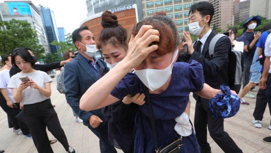 Pelayat, banyak yang memakai topeng, berkumpul di luar Balai Kota Seoul pada hari Sabtu untuk menyampaikan rasa berkabung bagi almarhum Walikota Seoul Park Won, di tengah penyebaran virus corona di kota itu. (Foto AP/ Al Jazeera)