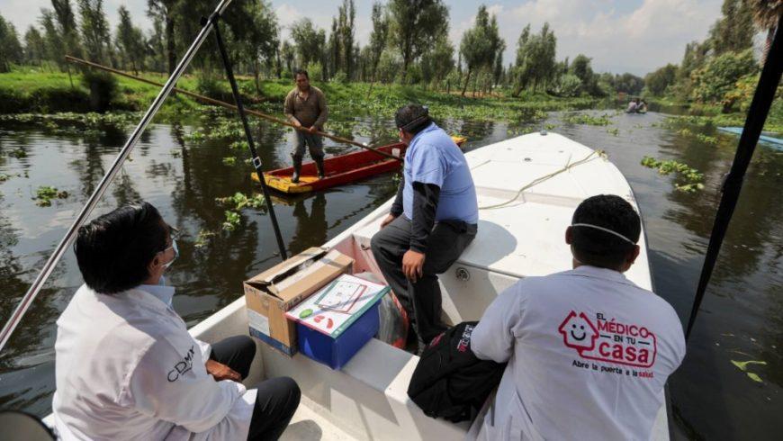 Petugas kesehatan Meksiko dengan menggunakan perahu di kanal di Xochimilco dalam perjalanan untuk mengumpulkan sampel dari pintu ke pintu untuk menguji COVID-19, di Mexico City. (Foto AP/Al Jazeera)