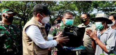 Dani Ramdan Berikan Bansos Pada Warga Kabupaten Bekasi Yang Terdampak Covid-19